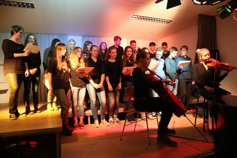 Der Chor des EF-Kurses wird von Instrumentalistinnen unterstützt