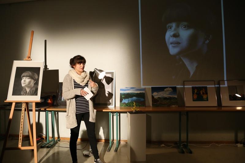 Jasmina mit ihrem Selbstporträt in Chiaroscuro-Malweise