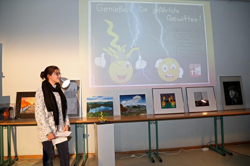 Nesibe präsentiert ihr Werbeplakat zu ihrem Designobjekt