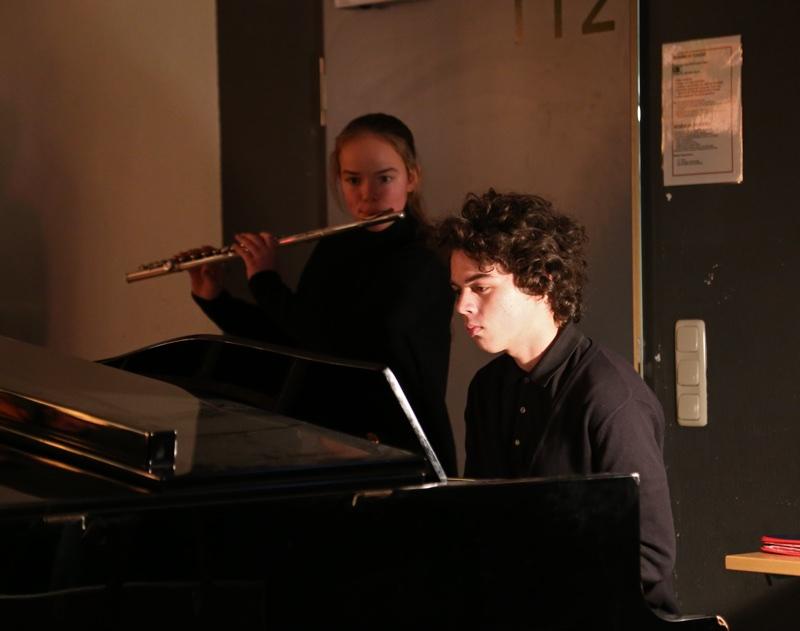 """... begleitet von zwei jungen Musikern begeistert u.a. mit dem Stück """"Happy""""."""